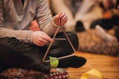 Muchacha que juega un triángulo musical Imagen de archivo libre de regalías