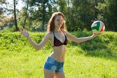 Muchacha que juega a voleibol Imagen de archivo libre de regalías
