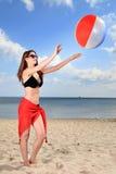 Muchacha que juega a voleibol de la playa. Imagen de archivo