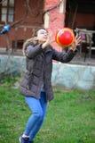 Muchacha que juega a voleibol en la hierba Fotografía de archivo