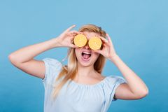 Muchacha que la cubre ojos con los agrios del limón Imágenes de archivo libres de regalías