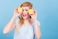 Muchacha que la cubre ojos con los agrios del limón Imagen de archivo libre de regalías