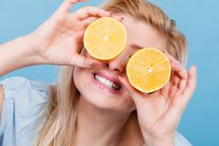 Muchacha que la cubre ojos con los agrios del limón Fotos de archivo