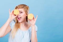 Muchacha que la cubre ojos con los agrios del limón Imagen de archivo