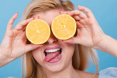 Muchacha que la cubre ojos con los agrios del limón Fotografía de archivo libre de regalías