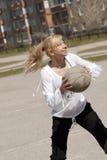 Muchacha que lanza la bola Imágenes de archivo libres de regalías