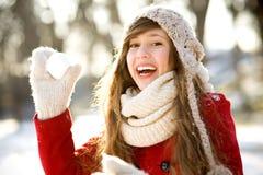 Muchacha que lanza una bola de nieve Imágenes de archivo libres de regalías