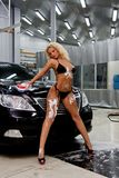 Muchacha que lava un coche Imagen de archivo