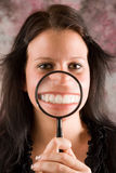 Muchacha que le muestra los dientes sanos Fotos de archivo
