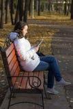 Muchacha que lee el eBook Imagen de archivo