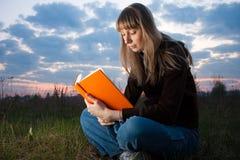 Muchacha que lee el libro Fotos de archivo libres de regalías