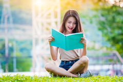 Muchacha que lee el libro Fotos de archivo