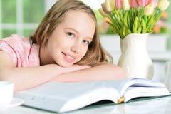 Muchacha que lee el libro interesante Imagen de archivo