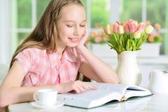 Muchacha que lee el libro interesante Imagen de archivo libre de regalías