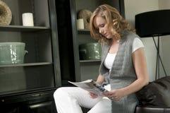 Muchacha que lee un compartimiento imagenes de archivo