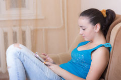 Muchacha que lee un eBook Foto de archivo libre de regalías