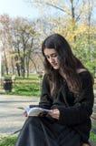 Muchacha que lee un libro imágenes de archivo libres de regalías