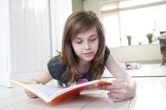 Muchacha que lee un libro Imagen de archivo libre de regalías