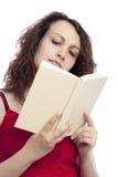 Muchacha que lee un libro Imagen de archivo