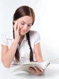 Muchacha que lee un libro fotos de archivo libres de regalías