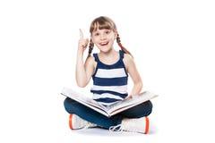 Muchacha que lee un libro Fotografía de archivo libre de regalías