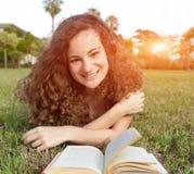 Muchacha que lee un libro Fotos de archivo