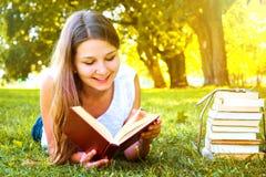 Muchacha que lee un libro Fotografía de archivo
