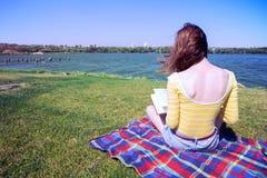 Muchacha que lee un libro Imagenes de archivo