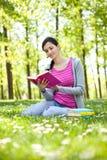 Muchacha que lee un libro al aire libre Imagen de archivo libre de regalías