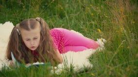 Muchacha que lee un libro almacen de video