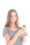 Muchacha que lee un mensaje de texto Imagen de archivo