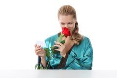 Muchacha que lee una nota del amor. Fotografía de archivo libre de regalías