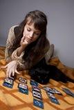 Muchacha que leyó las tarjetas Imágenes de archivo libres de regalías