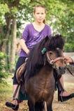 Muchacha que libra en un caballo imagen de archivo libre de regalías
