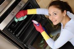 Muchacha que limpia la casa Fotografía de archivo libre de regalías