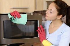 Muchacha que limpia la casa Imagen de archivo libre de regalías