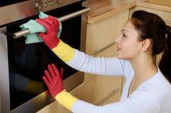 Muchacha que limpia la casa imágenes de archivo libres de regalías