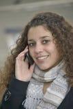 Muchacha que llama por teléfono en la estación de tren Fotos de archivo libres de regalías