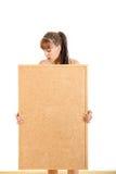 Muchacha que lleva a cabo al tablero vacío con el espacio de publicidad para el mensaje Imagenes de archivo
