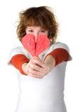 Muchacha que lleva a cabo el corazón rojo del origami Foto de archivo libre de regalías