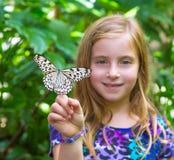 Muchacha que lleva a cabo el leuconoe de la idea de la mariposa del papel de arroz Fotos de archivo libres de regalías