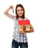 Muchacha que lleva a cabo el modelo de la casa Fotos de archivo libres de regalías