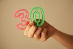 Muchacha que lleva a cabo el número 30 Fotografía de archivo libre de regalías
