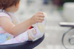 Muchacha que lleva a cabo el pie Imágenes de archivo libres de regalías