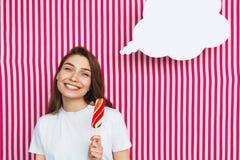 Muchacha que lleva a cabo el sueño del helado Foto de archivo libre de regalías