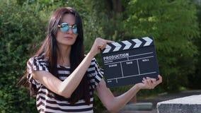 Muchacha que lleva a cabo el tablero de chapaleta almacen de metraje de vídeo