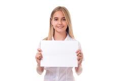 muchacha que lleva a cabo el tablero de la muestra de publicidad, aislado Foto de archivo