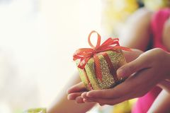 Muchacha que lleva a cabo la caja de regalo de regalo de Navidad, días de fiesta, Año Nuevo a Fotografía de archivo libre de regalías