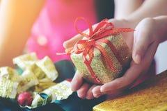 Muchacha que lleva a cabo la caja de regalo de regalo de Navidad, días de fiesta, Año Nuevo a Imagenes de archivo