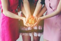 Muchacha que lleva a cabo la caja de regalo de regalo de Navidad, días de fiesta, Año Nuevo a Fotos de archivo